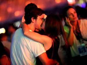 Sthefany Britto beijando o namorado no Rock in Rio (Foto: Claudio Andrade/ Foto Rio News)