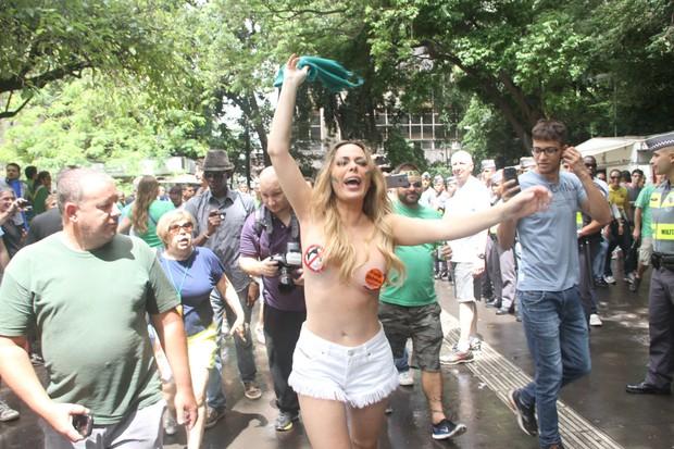 Ju Isen protesta com seios à mostra (Foto: Amauri Nehn/Photo Rio News )
