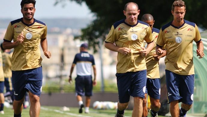 Roberto, Russo e Bruno Ré se aquecem para treino do São Bento Sorocaba (Foto: Jesus Vicente / EC São Bento)