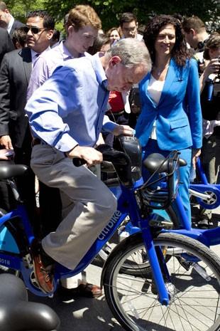 O prefeito de Nova York, Michael Bloomberg, testa serviço de aluguel de bicicletas (Foto: Carlo Allegri/Reuters)