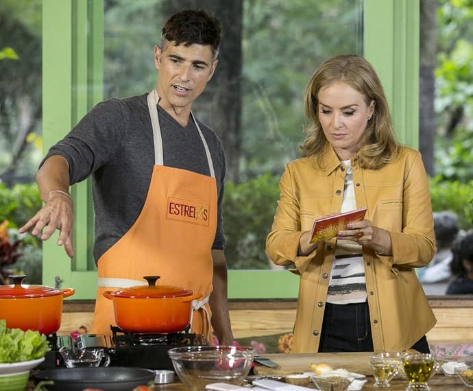 O ator prepara um hambúrguer orgânico para a apresentadora (Foto: Inácio Moraes/Gshow)