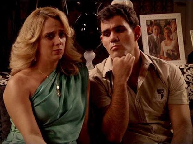 Adauto fica desconfiado e desabafa com Ivana (Foto: Avenida Brasil/ TV Globo)