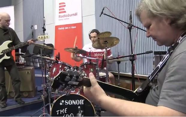 Cech toca bateria em música da República Tcheca