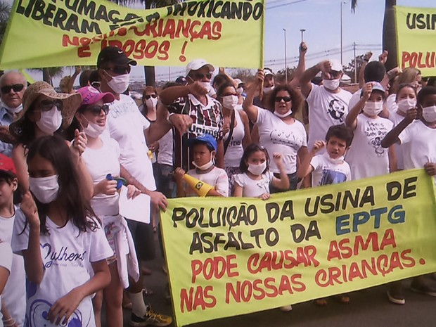 Moradores protestaram contra usina de asfalto instalada às margens da EPTG (Foto: TV Globo/ Reprodução)