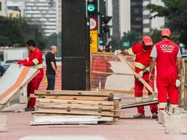 Funcionários retiraram placas de tapumes que protegiam a obra da ciclovia da Avenida Paulista (Foto: Dario Oliveira/Código 19/Estadão Conteudo)