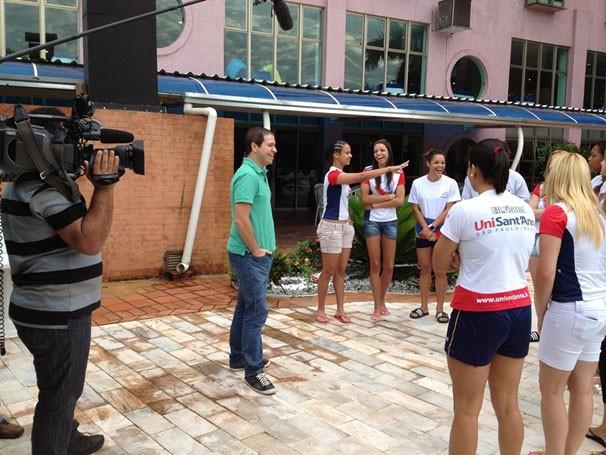 Paulo Mario Martins entrevista equipe de handebol feminino da Uni'Santanna (Foto: Divulgação)