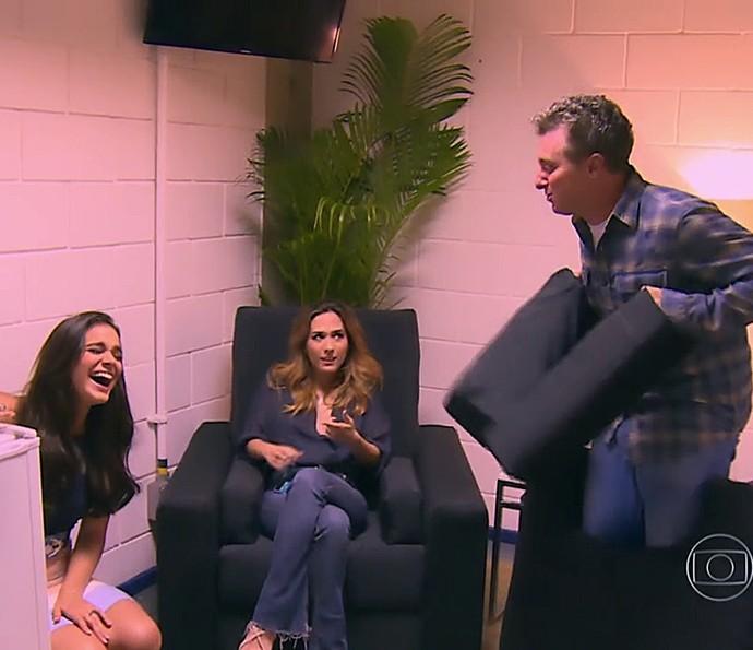Bruna Marquezine ri muito e bate papo com Luciano Huck e Tatá Werneck (Foto: TV Globo)