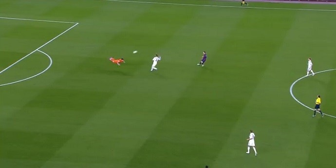 Fora da área, Casillas dá peixinho à la Van Persie no Barcelona x Real Madrid