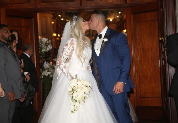 Juju Salimeni e Felipe Franco se beijam após casamento (Foto: Celso Tavares/EGO)
