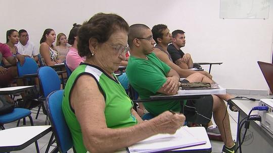 Idosa de 86 anos cursa último ano de Educação Física em Porto Ferreira, SP