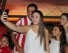 Torcida tieta Beira-Rio e  faz  'selfies' (Diego Guichard/Globoesporte.com)
