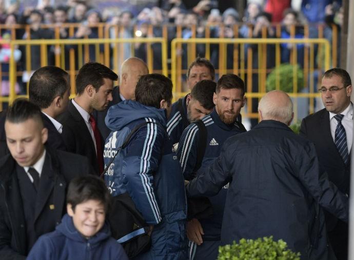 BLOG: Choro de fã deixa Messi comovido, e craque manda chamar o menino