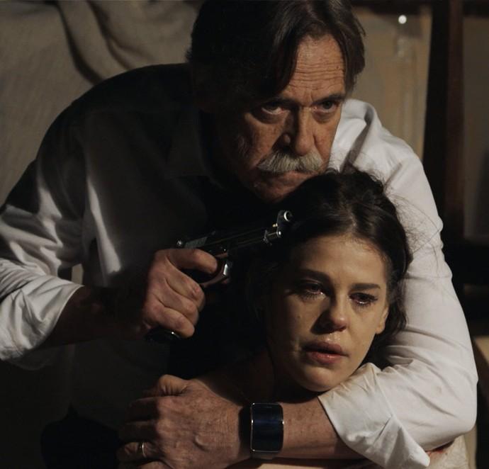 Nelita fica refém de Gibson (Foto: TV Globo)