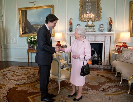 Em novembro de 2015, o primeiro-ministro canadense Justin Trudeau fez visita oficial à Inglaterra e se encontrou com a rainha Elizabeth II, monarca do Reino Unido e do Canadá (Foto: Getty Images)