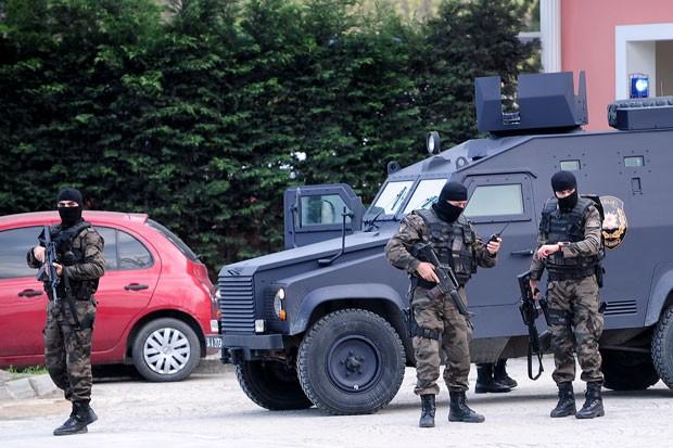 Forças especiais da polícia são vistas perto de delegacia após ataque nesta quarta-feira (1º) em Istambul (Foto: Ozan Kose/AFP)