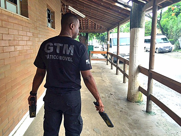 Inspetor penitenciário com material de revista conhecido como raquete (Foto: Matheus Rodrigues/ G1)