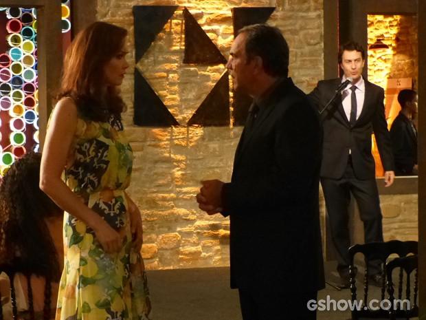 Virgílio alfineta a mulher (Foto: Em Família/TV Globo)