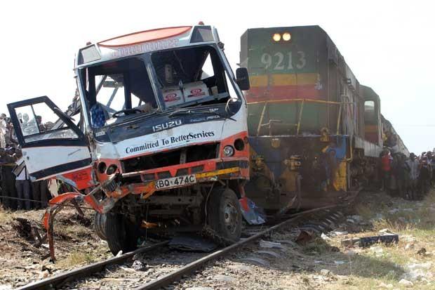 Trem de passageiros bateu em um ônibus em um cruzamento em Nairóbi, no Quênia (Foto: Simon Maina/ AFP)