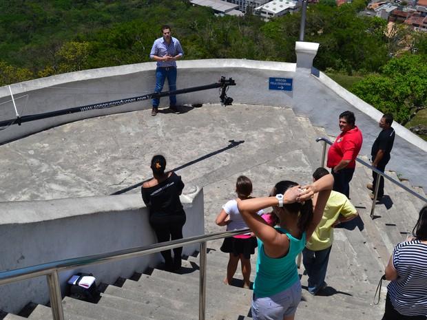 Pessoas que estavam no convento e fãs foram conferir a gravação (Foto: Juliana Borges/G1 ES)