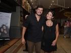 Prestes a dar à luz, Juliana Knust assiste a peça no Rio com o marido