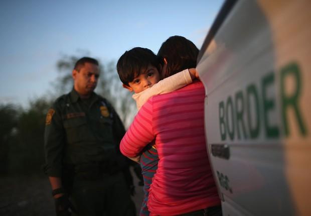 Mãe e filho imigrantes ilegais se entregam à polícia de fronteira no Texas, Estados Unidos ; imigração ilegal ; imigração nos EUA ;  (Foto: John Moore/Getty Images)