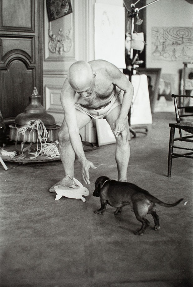 Picasso e seu salsicha (Foto: David Douglas Duncan/Harry Hansom Center )