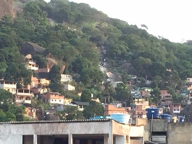 Pedras rolam em morro de Vila Velha (Foto: Cleberson Trancozo Bandi/ VC no ESTV)