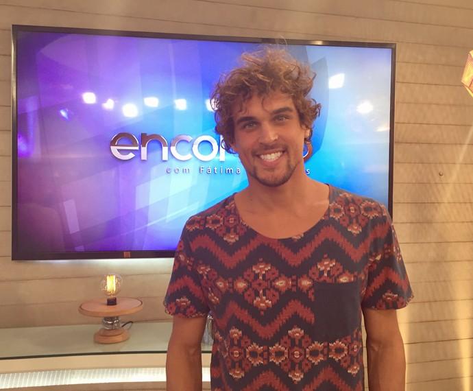 Felipe Roque posa nos bastidores do Encontro (Foto: Priscilla Massena/Gshow)