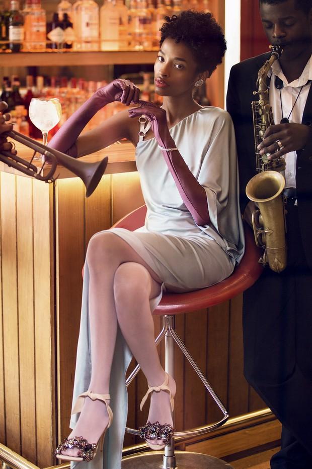 Vestido (R$ 788) da coleção de verão 2018 da Forum, usado com sandálias Alexandre Birman (R$ 3.160), luvas Luvaria Gomes e meia- -calça Wolford. Todas as joias são Talento (Foto: Mar+vin e Divulgação)