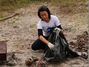 Pesquisadora recolhe lixo em praia (Foto: Camila Pires/Divulgação IPeC)