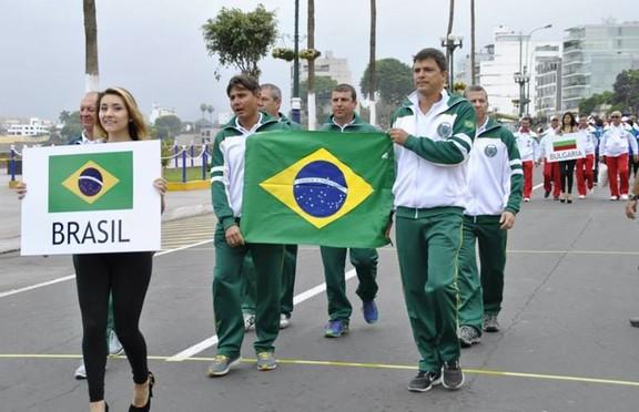 Francisco Loffredi e outros brasileiros no Mundial de pesca submarina no Peru (Foto: Arquivo Pessoal)