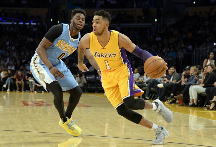 D'Angelo Russell guia a equipe dos Lakers sobre o Denver (Foto: Reuters)