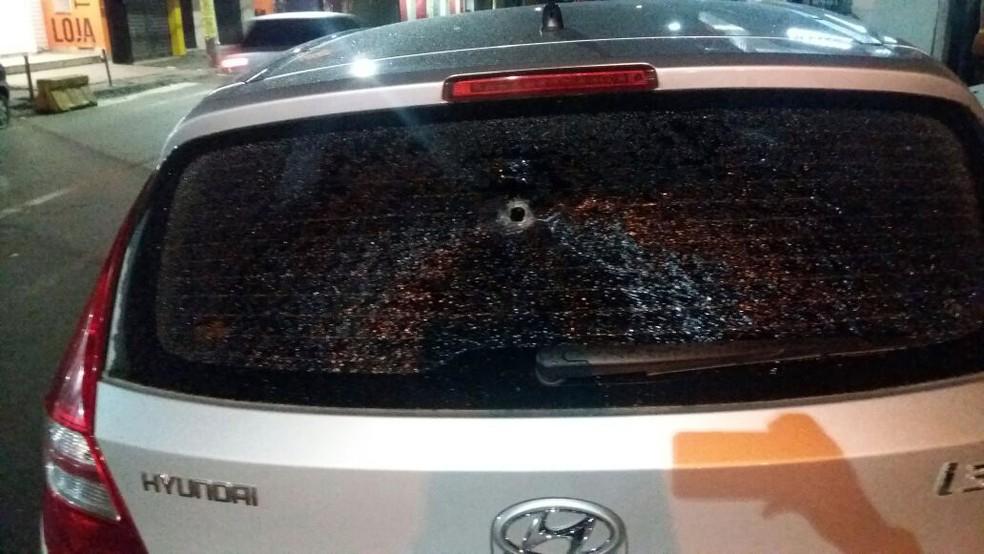 De acordo com o Vitória, tiro atravessou todo o carro, mas não atingiu jogadores do Leão (Foto: Divulgação/E.C. Vitória)