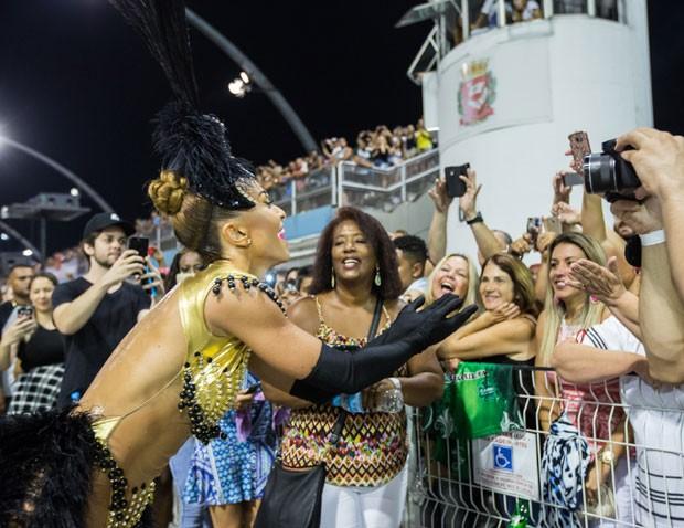 0b3edb8a3 Sabrina sorri para os fãs que conferiram o ensaio no Sambódromo (Foto   Eduardo Saraiva