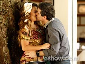 Em cena, o casal Abelardo e Bernadete namora sem medo de ser feliz (Foto: Inácio Morais / TV Globo)