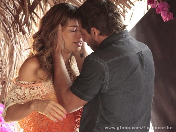 Ester não resiste a Cassiano e eles se beijam (Foto: Flor do Caribe/ TV Globo)