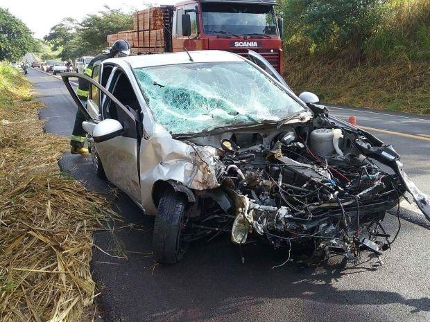 Carros bateram de frente na rodovia (Foto: Corpo de Bombeiros/Divulgação)
