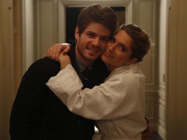 Mãe e filho na trama, Letícia posa com Maurício Destri nos bastidores (Foto: Raphael Dias/Gshow)