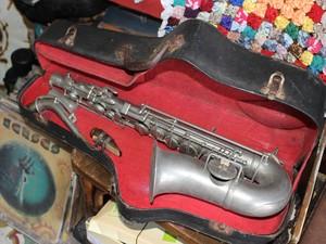 Instrumentos musicais figuram entre as peças antigas expostas no local (Foto: Fernando Brito/G1)