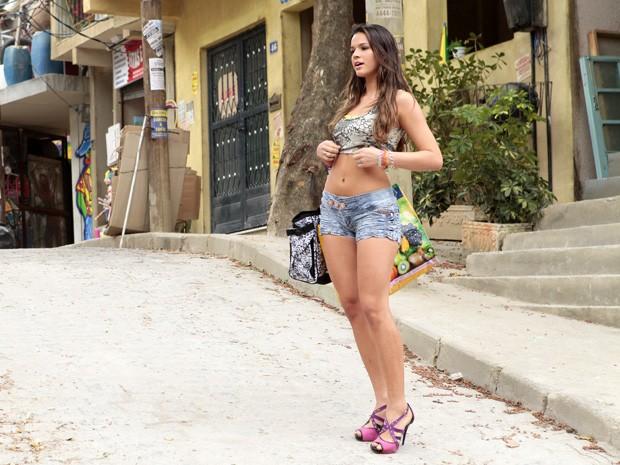 Bruna grava cena da 'periguete'  (Foto: Salve Jorge/TV Globo)