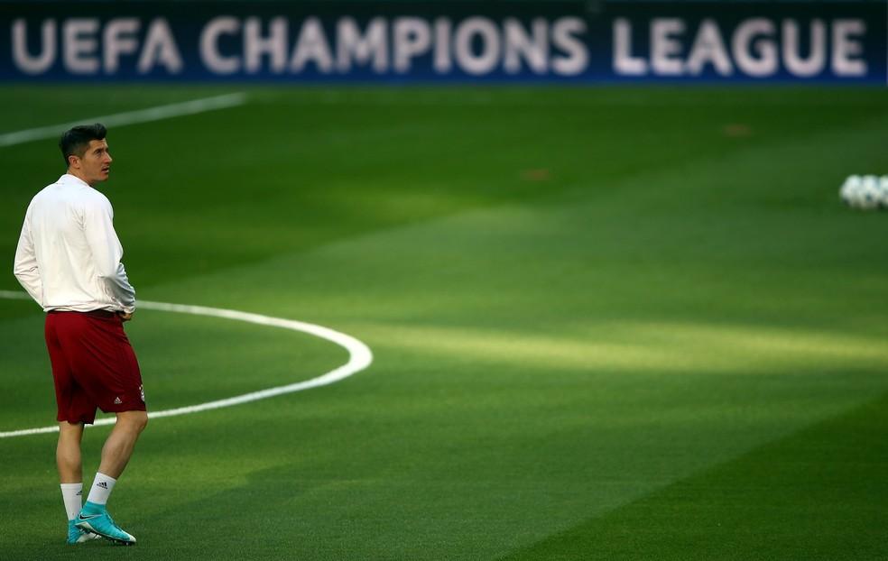 Robert Lewandowski treinou normalmente no Santiago Bernabéu na véspera da partida (Foto: Reuters)
