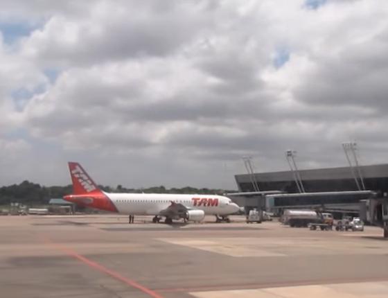 Aeronave da TAM no Aeroporto Internacional de Belém, no Pará (Foto: Reprodução/ Youtube)