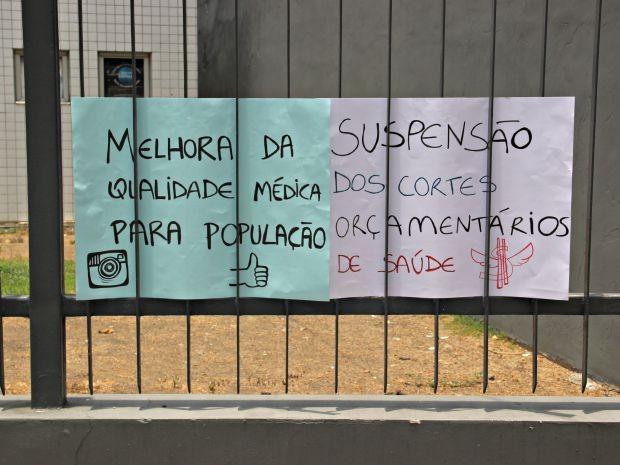 cartazes pedem melhorias na saúde (Foto: Suelen Gonçalves/G1 AM)