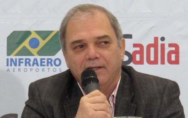 Paulo Wanderley Teixeira, presidente da Confederação Brasileira judô desembarque londres 2012 olimpiadas (Foto: Rodrigo Faber/ Globoesporte.com)
