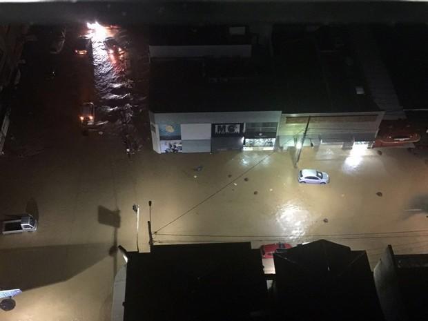 Chuva provocou alagamento e 'carregou' carros em Poços de Caldas, MG (Foto: Jéssica Balbino)