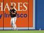 Torcedor atira lata no gramado em jogo dos playoffs do beisebol nos EUA