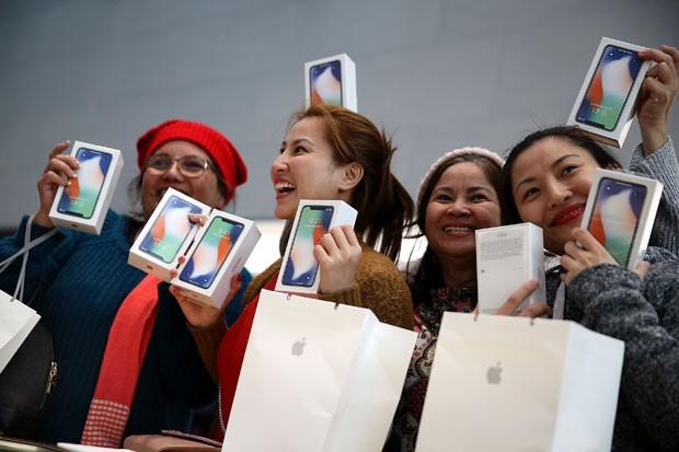 Clientes exibem seus novos iPhone X em uma loja da Apple na California (Foto: Getty Images/Justin Sullivan)