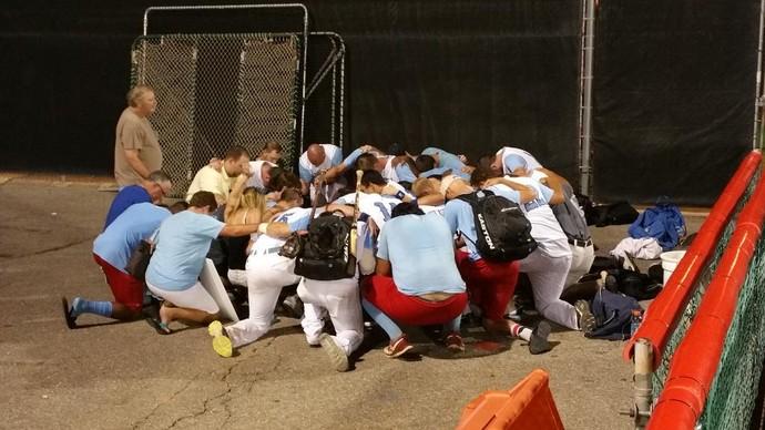 Jogadores do Liberal Bee Jays fazem uma corrente de oração por Kaiser Carlile (Foto: Reprodução/Liberal Bee Jays)