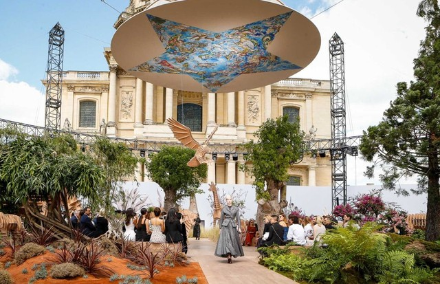 The Dior Haute Couture show was presented outdoors, in front of Les Invalides in Paris (Foto: INDIGITAL.TV)
