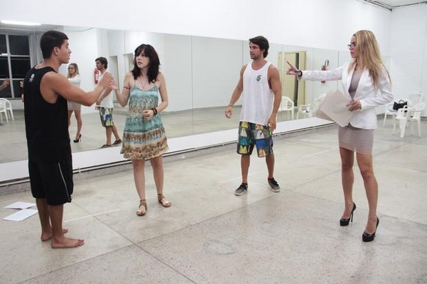 Danielle Winits estreia como diretora da peça 'Atraídos' (Foto: Divulgação)